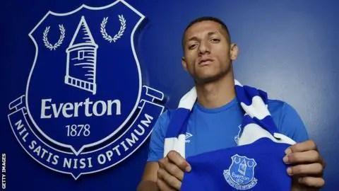 Richarlison, vêtu de l'écharpe d'Everton lors de sa présentation.