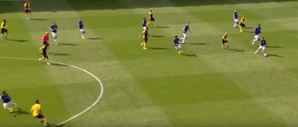 Dès la récupération du ballon, Bernard (en bas à gauche) fait un appel dans le dos de Kiko, tandis que 8 Hornets se trouvent encore dans le camp des Toffees (Crédits : Everton FC).