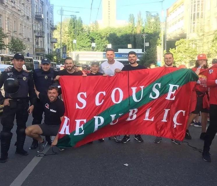 """Les Scousers arborant un drapeau """"Scouse Republic"""""""