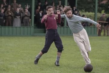 """Mise en scène de Fergus Suter et Arthur Kinnaird dans """"The English Game"""", ou la lutte des classes aristocrates et populaires."""