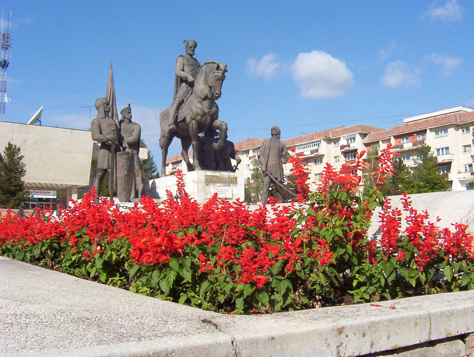 I hope there will be flowers around the monument of Hungarian leaders on the pavilion in front of the House of Culture in Sfantu Gheorghe when I arrive.