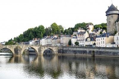 15419703-laval-mayenne-pays-de-la-loire-france--ancient-buildings-and-bridge-on-the-river-at-evening