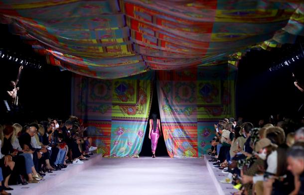 versace-spring-summer-2022-collection-fashion-look-style6-details-moda-primavera-verano-godustyle