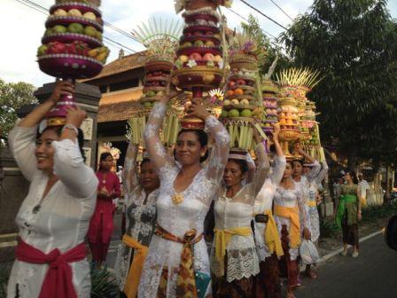 women carry offerings during Galungan & Kuningan