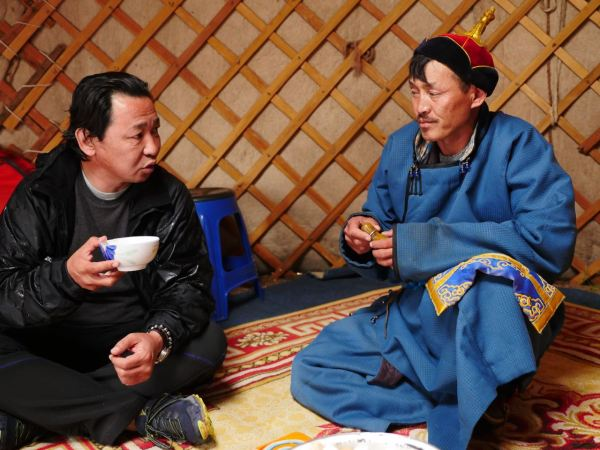 Drinking tea at a nomad's home/ Photo by Amanda Villa-Lobos