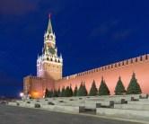 Kreml-Mauer mit Erlöserturm in Moskau