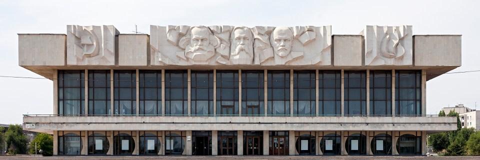 Schmuckfassade an einem Kulturhaus in Wolgograd