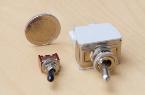 """Der Power-On-Schalter: links das billige Wackelteil aus dem Kit, rechts ein bezahlbarer (2,80 €) Ersatz, der besser zur Größe des Gerätes passt, besser aussieht und vor allem satt """"Klack!"""" macht."""