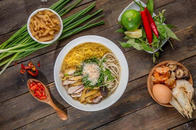 Bung Thang is a dish that contains many essence of Ha Noi cuisine. Ingredients to make noodles include chicken tear milling, fried eggs, yarn spinning. The broth is made from bones, shrimp. The pot of water must be delicious, the smell is soft, the smell of shrimp sauce. (Hanoi Cuisine)