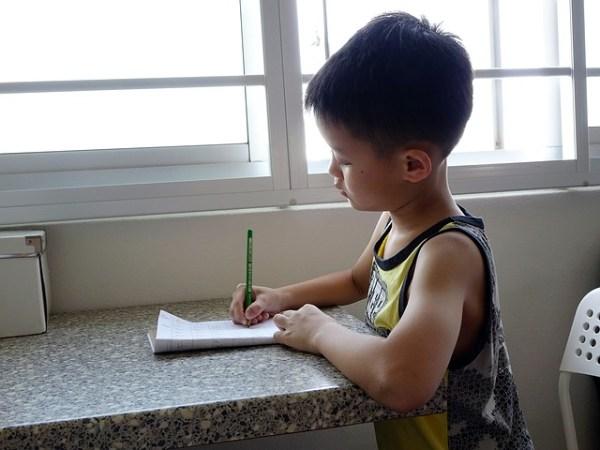 広州市、普通話で教育を受ける子供