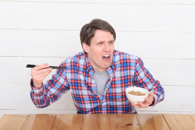納豆を食べる外国人男性
