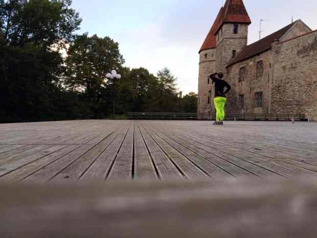 Laufen in Tallinn an der Stadtmauer