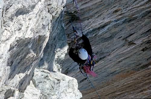 In prima ascensione sulla via Free Tibet del Naso di Zmutt, Patrick Gabarrou impegnato da secondo su un difficile diedro. Foto Cesare Ravaschietto/Archivio Patrick Gabarrou, Cluses.