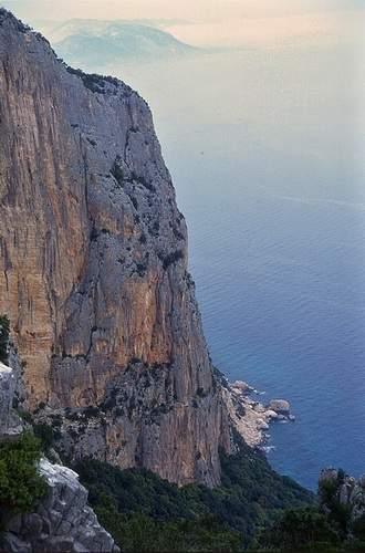La linea di fessure della via Cani e Porci (Canes ispe Porcos), 1a asc. Scogliera di Oronnoru. 4.05.1997