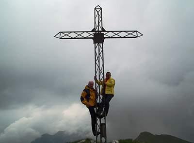 Fede o conquista-Sulla-croce-di-vetta-del-Monte-Vindiolo-(2056-m