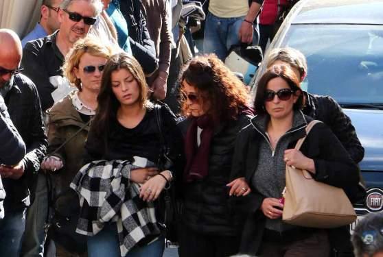 AltroCheLastre--Giulia Ricci Antonioli ai funerali con la camicia a scacchi del padre