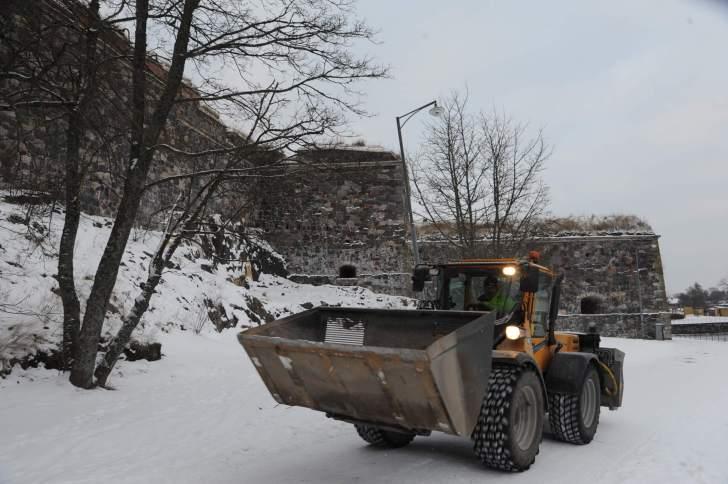 スオメンリンナ島の砦。道路を除雪車が走っていた