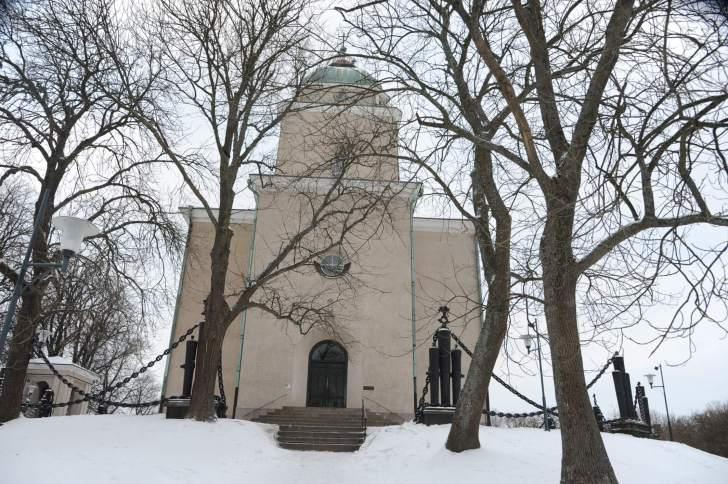 スオメンリンナ教会の外観。夕方にはてっぺんの尖塔に灯がついていた