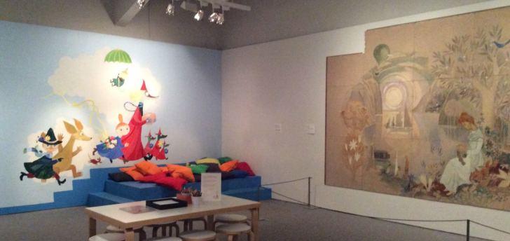 トーベ・ヤンソンのオリジナル画「遊び」(左)