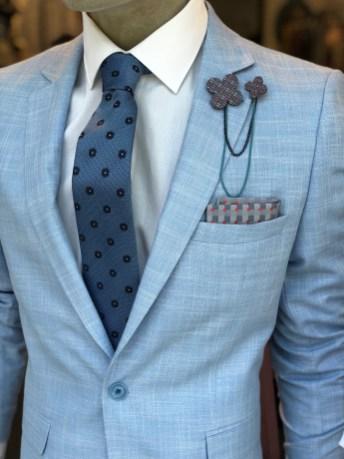 Abbinamento elegante con la giacca celeste .