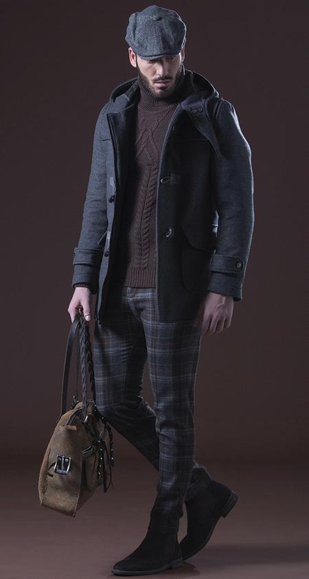 Un tocco di colore. outfit con maglione bordeaux scuro di Paul Miranda