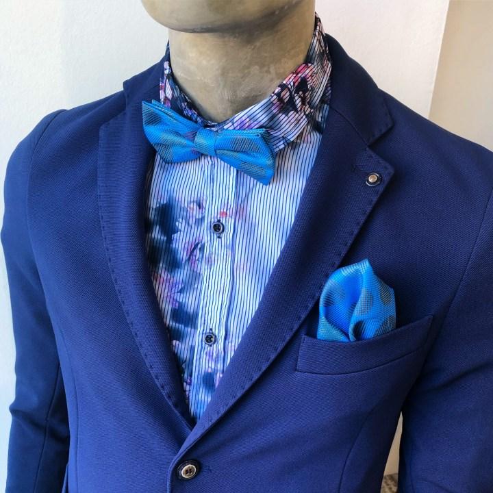 Blazer uomo blu in felpa. Comodo e sfoderato abbinato alla camicia floreale .