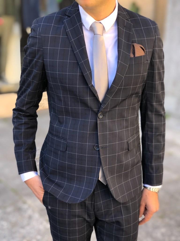 Abbinamento con abiti uomo a fantasia. Scegliete cravatte a tinta unita.