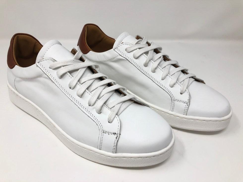 Sneakers bianche sono una soluzione perfetta per un gentleman