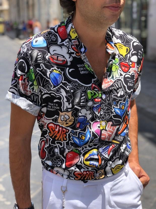 I fumetti le icone i grafiti, su una sola camicia