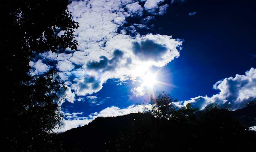 बादलों के बीच