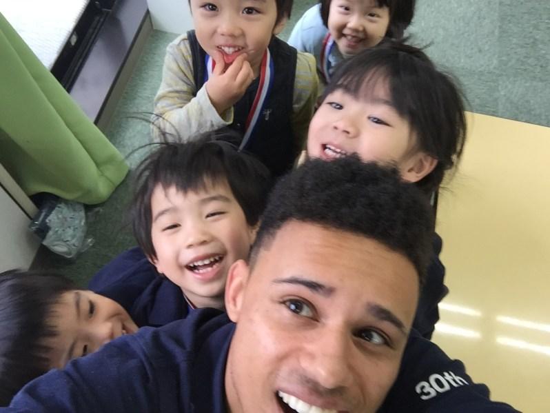 Jeune professeur et enfants japonais