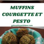3 Muffins courgette et pesto et des feuilles de basilic sur un plat blanc
