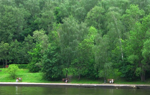 Many parks and gardens line the Moscow River