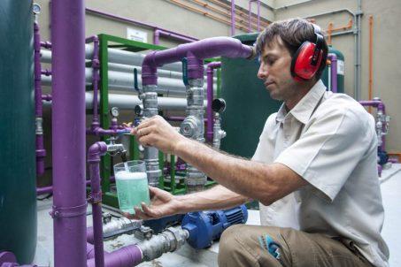 Especialista trabalhando no tratamento na água