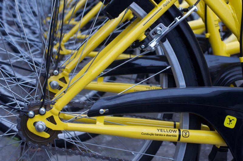 Diversas bicicletas estacionadas