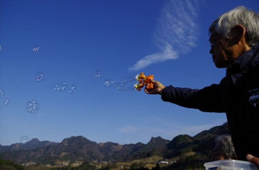 Bubble blowing by local guide