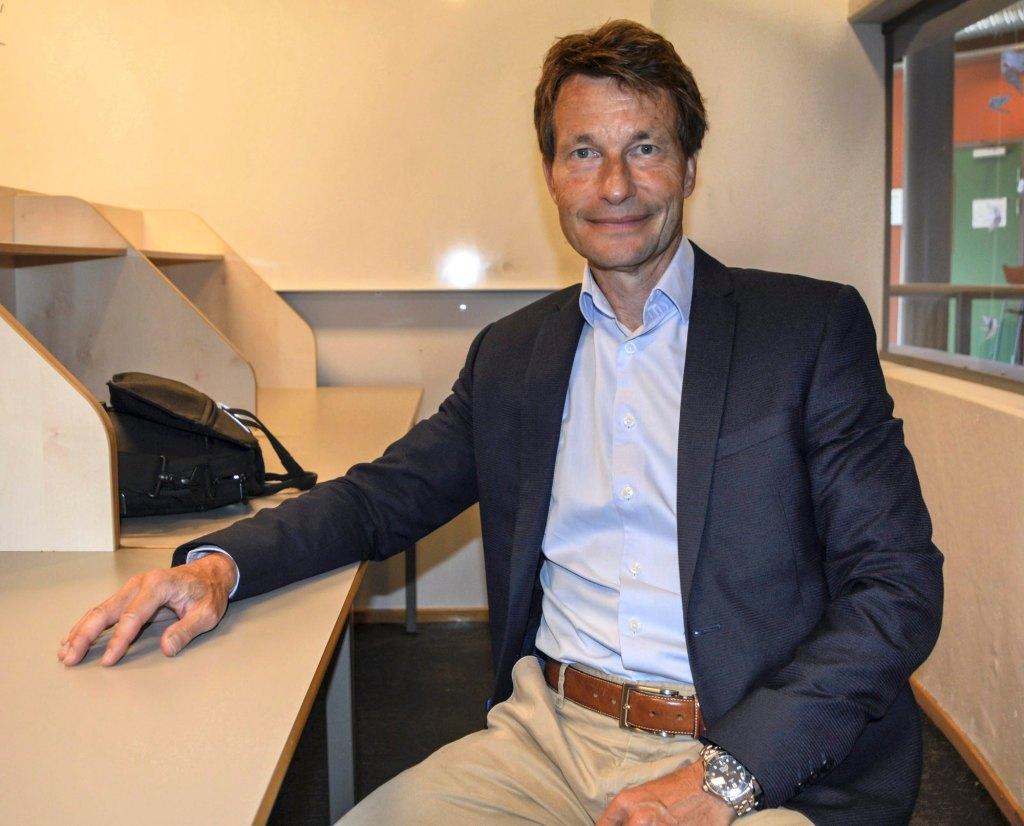Rektor Atle Bjurstedt sitter i lesesalen på Gokstad Akademiet.