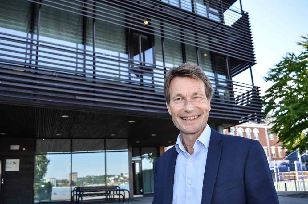 Rektor Atle utenfor Gokstad akademiets lokaler i Sandefjord.