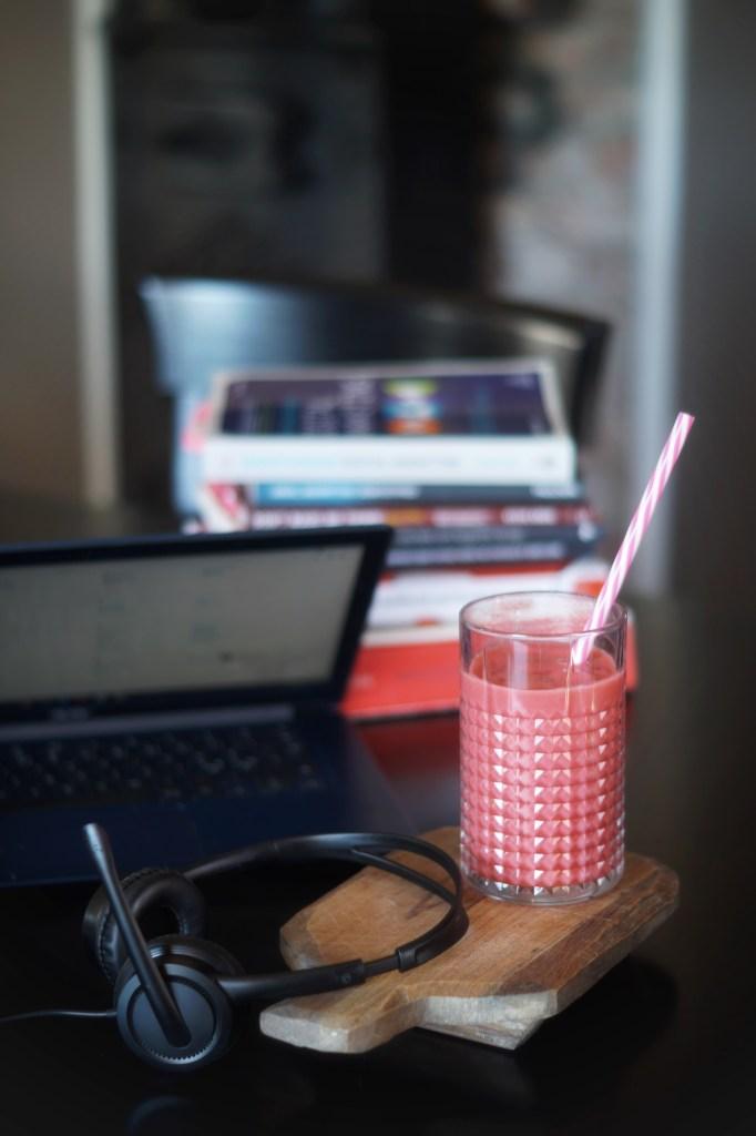 Bilde av hjemmelaget smoothie, skolebøker og pc utstyr. Viser bilde av Studentlivet hjemme Foto