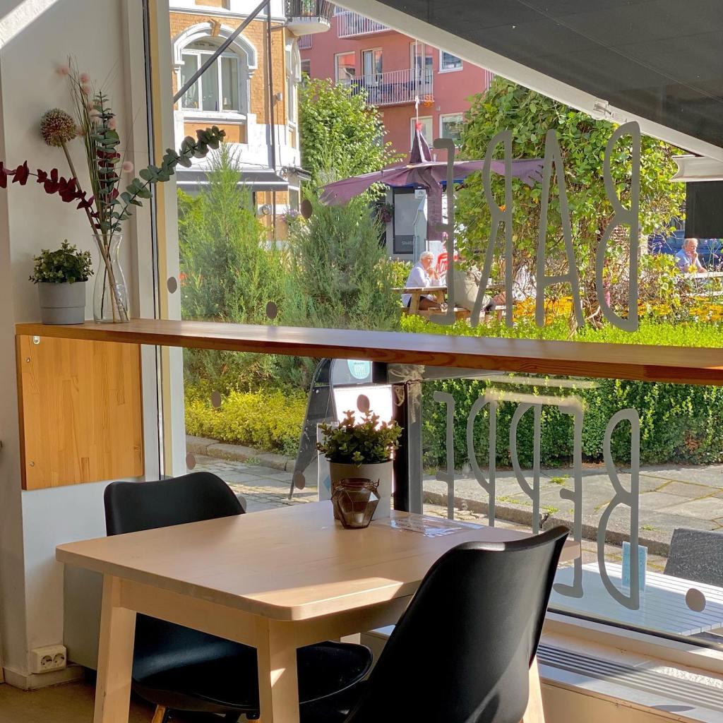Et bord på kafeen Bare Beppes med utsikt til Byparken i Sandefjord.
