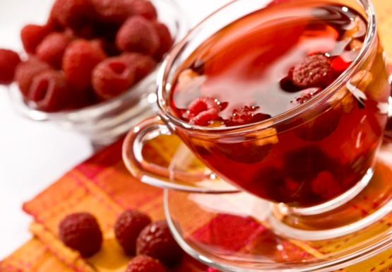 Рецепты с использованием чая. Малиновый чайный коктейль с ароматом виски.