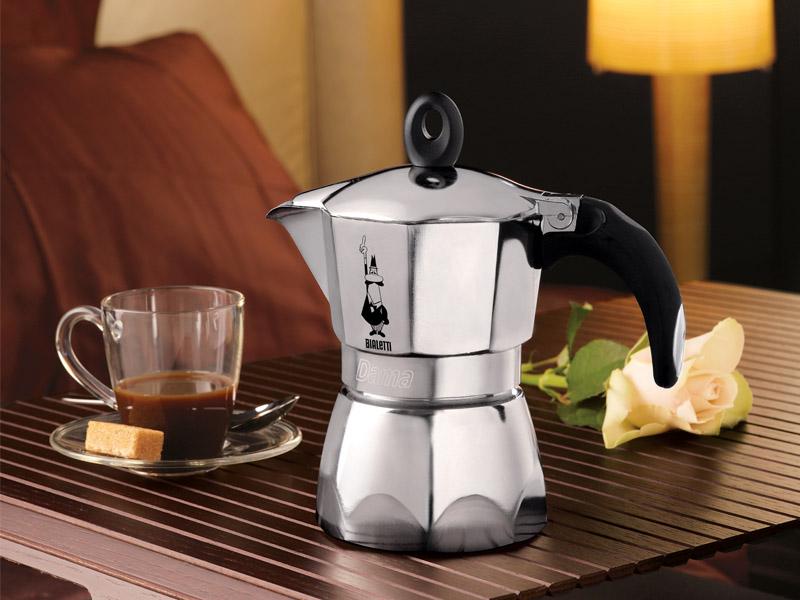 Приготовление кофе. Посуда для приготовления кофе. Кофеварка.