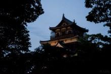 夕闇に聳える広島城