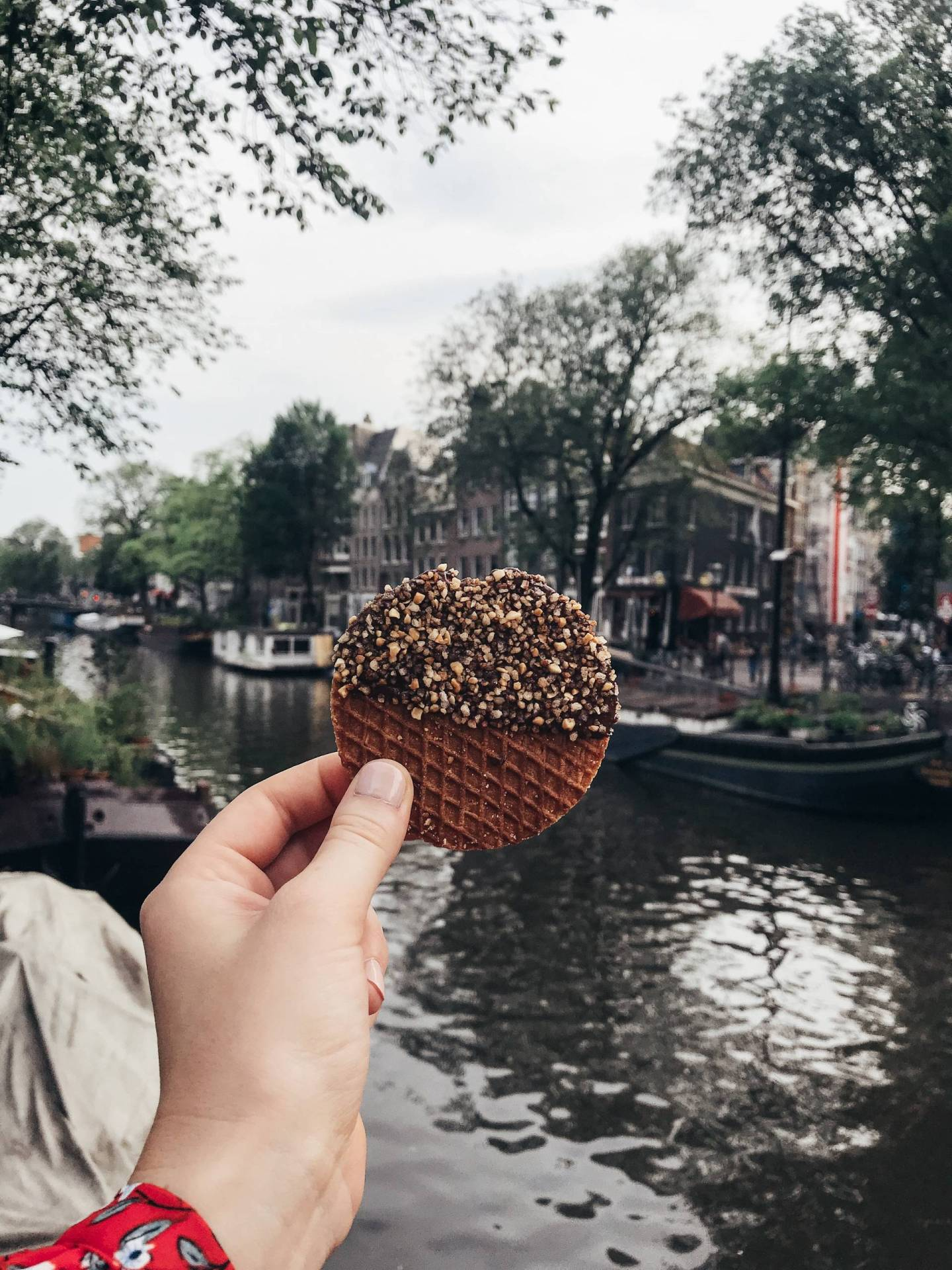 Stroopwafels - a specialty in The Netherlands. Creamy caramel sandwiched between two thin wafers, dipped in chocolate, and covered in toppings - say no more! This one with crushed hazelnuts from van Wonderens was delicious, but the Oreo was my personal favorite. Click through for more details of where we ate during our Summer trip to Amsterdam!