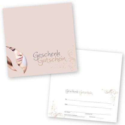 Der Kosmetiksalon Gutschein in einem dezenten Nudeton mit dem Gesicht einer Frau im Hintergrund wird eingesetzt im Kosmetikstudio für Gesichtspflege, Styling, Make-up und Wimpernverlängerung.
