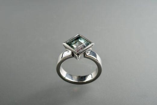Ring in 585er Weiß-Gold und Turmaline mehrfarbig, 1989.- €