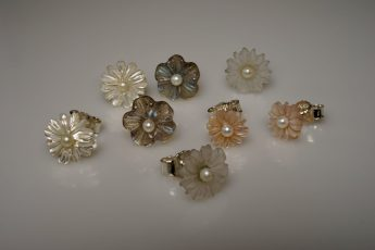 Ohrringe mit Perle und verschiedenen Steine graviert
