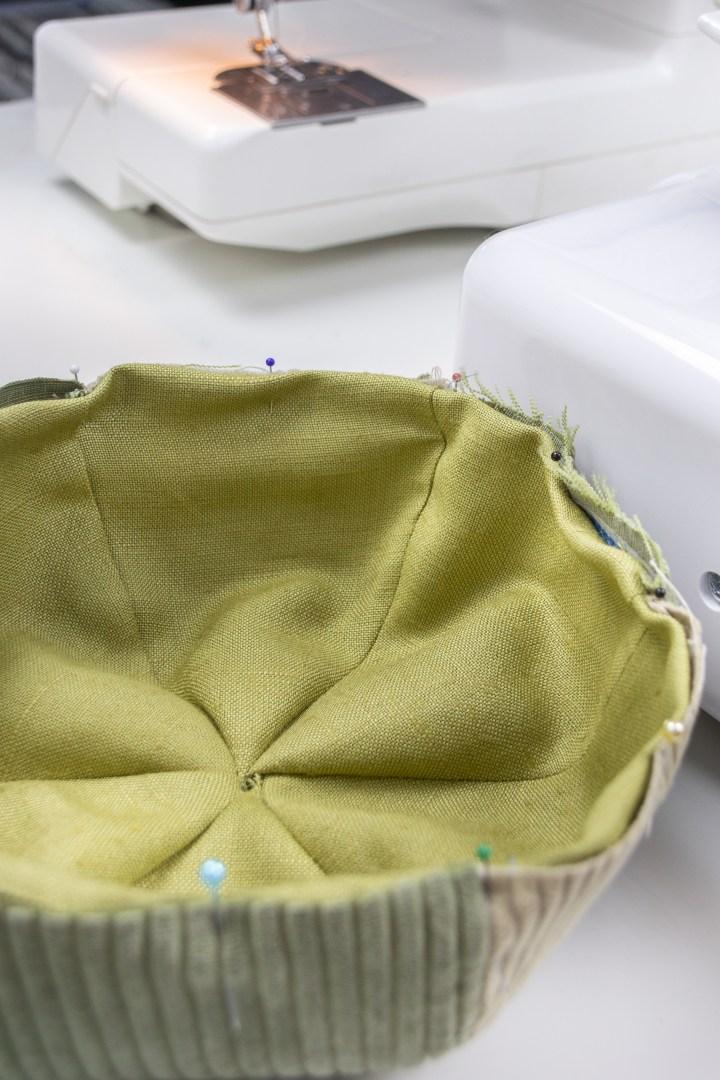 Das Innenfutter wird links auf links in die Mütze genäht.