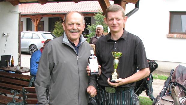 Jarosław Michalski odbiera nagrodę z rąk Prezesa