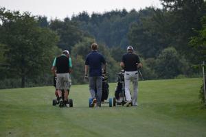 Golf medlemmer der nyder golf medlemskab ved at gå på fairway